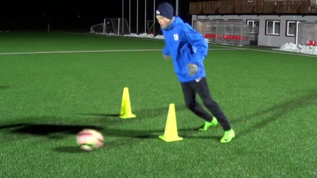 Individual football training • Agility with ball, Receiving, Strength (HD)